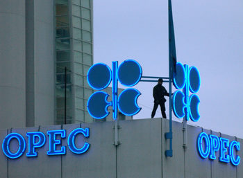 ОПЕК и Русия намаляват още добива на петрол в нов опит да повишат цените