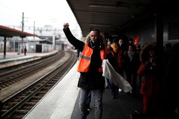 Френските железопътни работници ще удължат стачката си