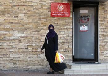 Саудитска Арабия разреши на ресторантите да не отделят жените от мъжете