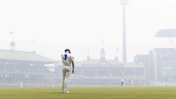 Снимка на деня: Крикет в мъглата над Сидни