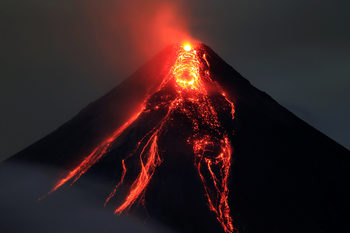 Когато вулканът изригне: местните се разбягват, но туристите пристигат