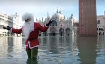 """Дядо Коледа обу гумени ботуши, за да се разходи по наводнения площад """"Сан Марко"""""""