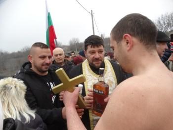 Бивш кадрови военен хвана кръста на Йордановден в Горни Дъбник