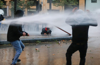 Десетки ранени при сблъсъци между полицията и демонстранти в Бейрут
