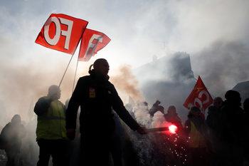 Протестиращи срещу пенсионната реформа спряха най-голямата френска ВЕЦ