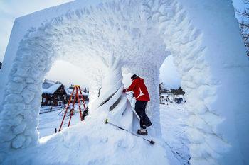 Снимка на деня: Как се правят скулптури от 20 тона сняг
