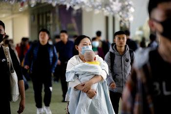 Китайски лекари спасиха със секцио детето на бременна, заразена с коронавируса