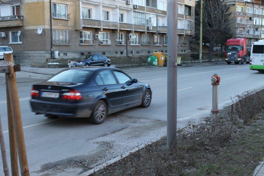 Дупка като кратер тормози шофьорите в Габрово (снимки)