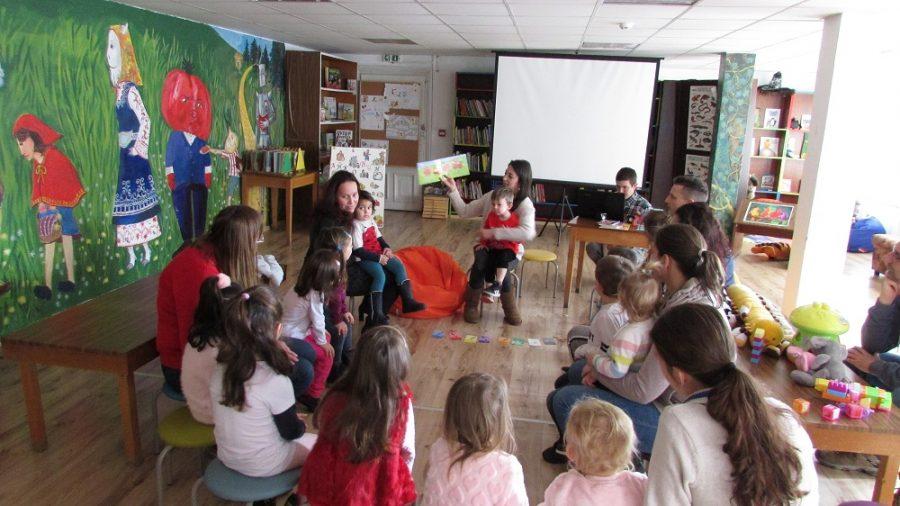 Малчугани и родители учиха английски със Сара Уолър