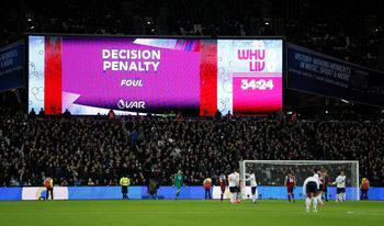 Феновете в Англия смятат, че с видеоповторенията футболът е непривлекателен