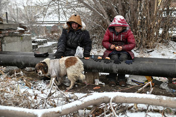 Фотогалерия: Как оцеляват бездомниците в Сибир