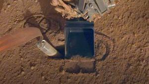 Марсоходът InSight се удари с лопата, за да се поправи