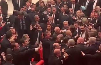 Турски депутати се сбиха по време на реч на опозиционен депутат