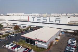 Tesla намалява заплатите и изпраща част от служителите в неплатен отпуск