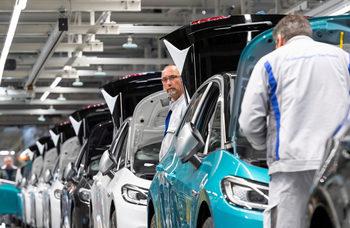Автомобилните производители постепенно започват да възобновяват работа