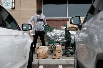 Amazon спира временно абонаментите за доставка на храни, наема още 75 хил. души
