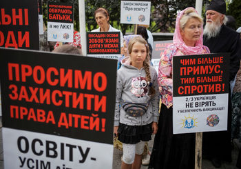 Антиваксъри вече се готвят за протести срещу имунизиране против COVID-19