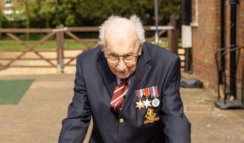 Дядото, който на 99 години спортува, за да набере средства в борбата с вируса