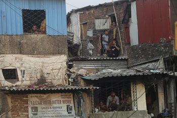 """Коронавирусът или бедността – кой е """"невидимият убиец"""" в Индия"""