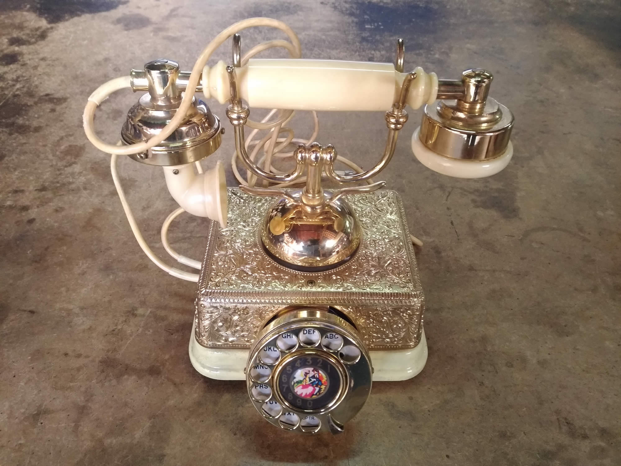 Френски телефон в колониален бароков стил