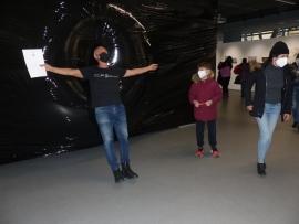 """Гигантски вирус COVID-19 от черен полиетилен посреща посетителите на изложбата [Не]реалност на Сдружение """"Изкуство днес"""" в галерия """"Капана"""""""